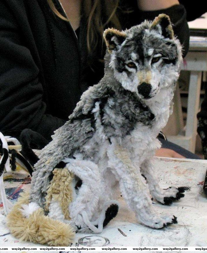 28 artist designs a wolf out of pipe cleaners