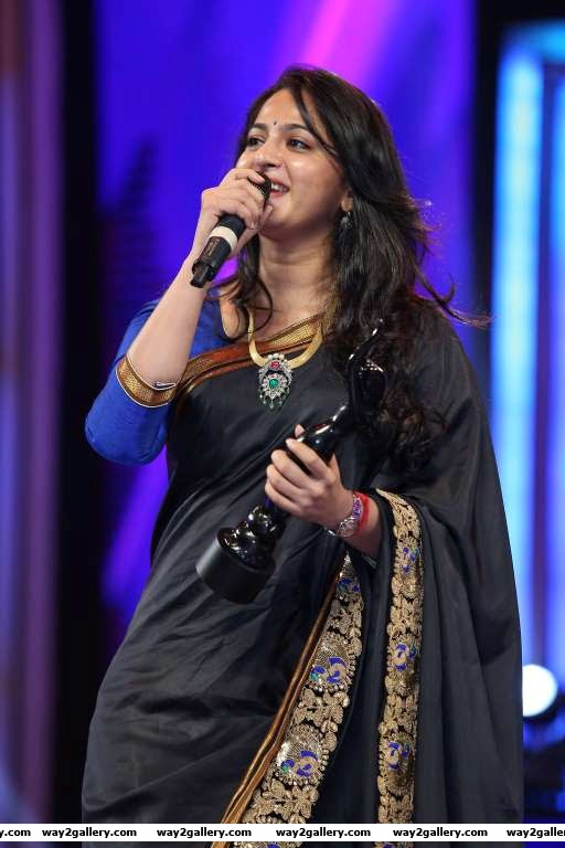Anushka shetty addressed the audience after receiving the best actress  telugu award for her performance in rudhramadevi