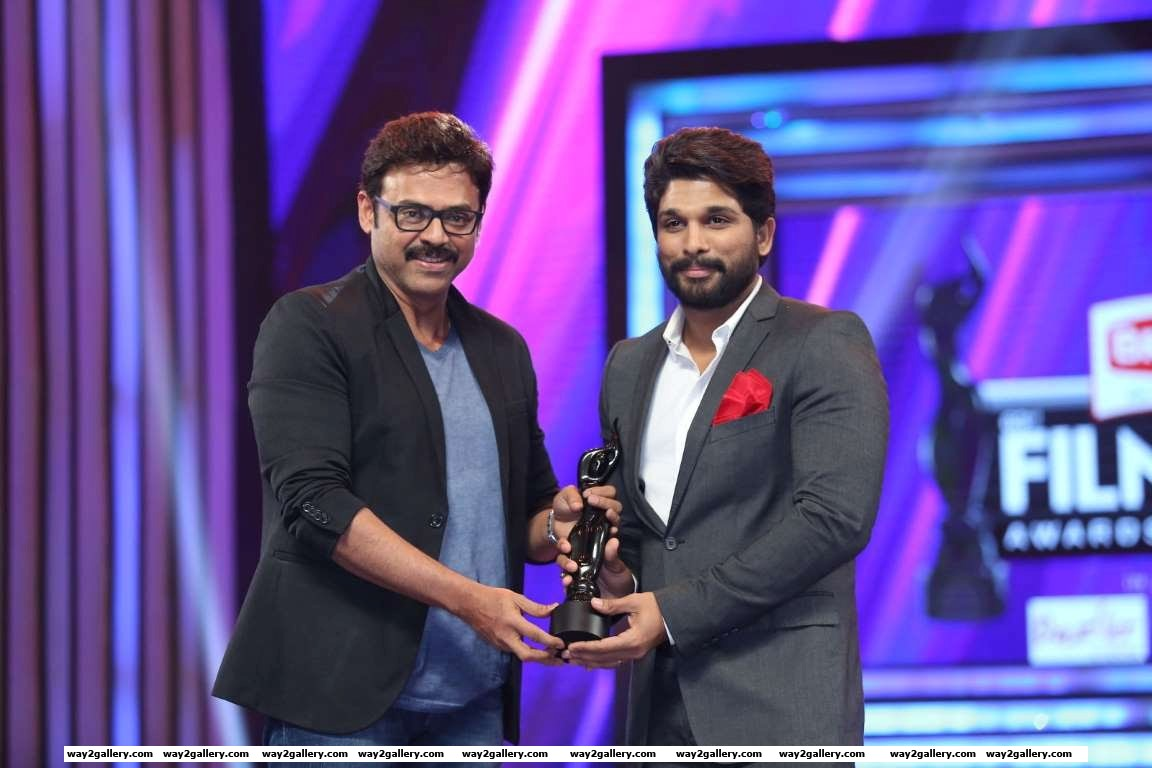 Venkatesh presented the best supporting actor  telugu award to rudhramadevi star allu arjun