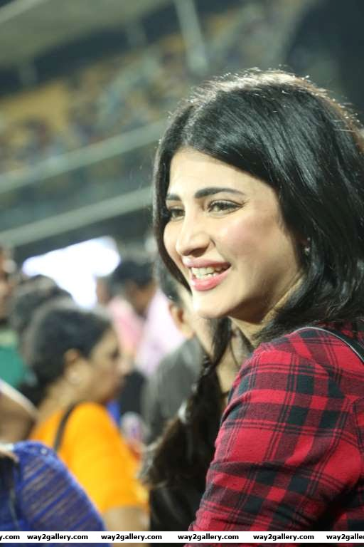 Shruti Haasan posted on Twitter Time for the cricket in chennai haasansheadtochennai hot actors