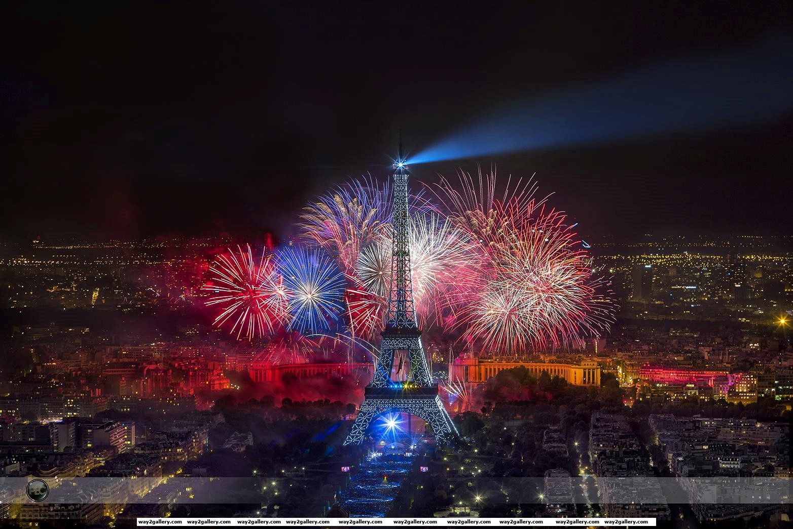 Phenomenal picture of the bastille day fireworks at the eiffel tower in paris france